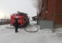 В Усолье на территории фанерного завода горел гаражный бокс