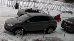 Водитель наехал на женщину с ребенком из-за замечания: видео
