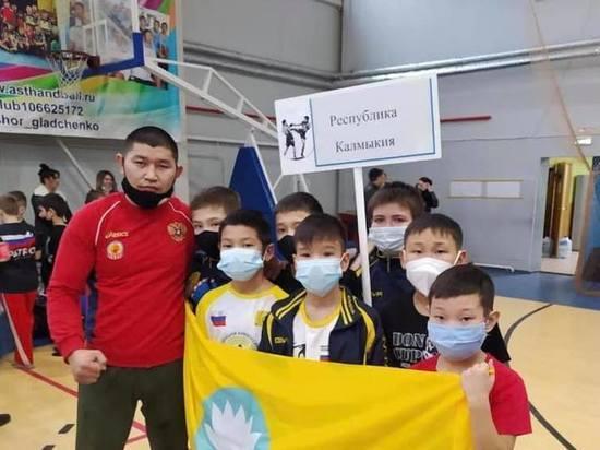Калмыцкие кикбоксеры успешно выступили на чемпионате и первенстве ЮФО