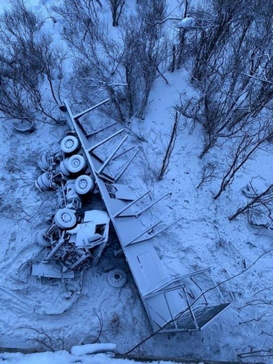Водитель грузовика съехал с моста и погиб под Томском