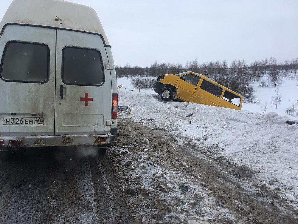 Кадры смертельного ДТП с микроавтобусом и фурой в Калужской области