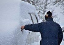 Водителям советуют как можно скорее откопать автомашину из сугроба