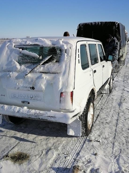 В калмыцком районе из снежного плена вызволили пастухов