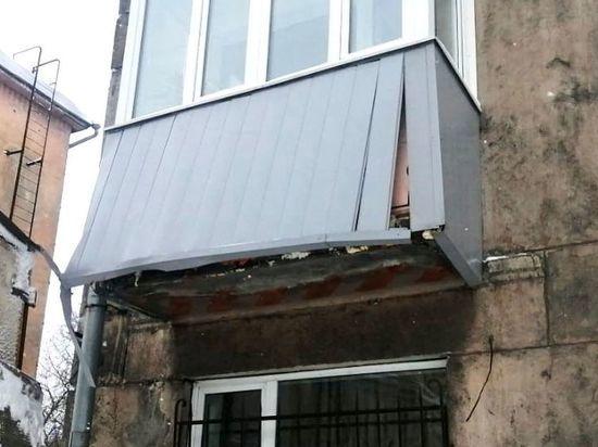 В Новокузнецке грузовик снёс часть балкона многоквартирного дома