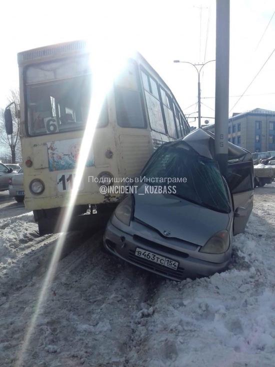 В Прокопьевске трамвай смял об столб легковой автомобиль