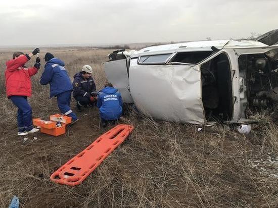 На трассе в Ростовской области легковушка перевернулась на обочину