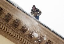 Чиновникам, похоже, надоели регулярные падения с крыш домов неосторожных коммунальщиков, которые не озаботились техникой безопасности при очистке кровли от снега
