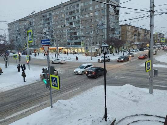 «Опаздываю на ноготочки»: в Красноярске начались жуткие пробки из-за снегопада