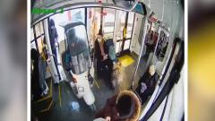 Московский курьер завез скутер в трамвай и попал на видео