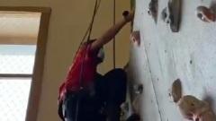 Участник отборочного тура чемпионата World Skills штурмует стену
