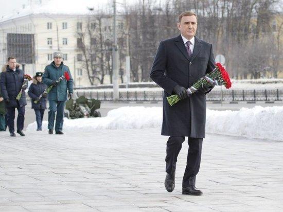 Алексей Дюмин возложил цветы к Вечному огню на площади Победы в Туле