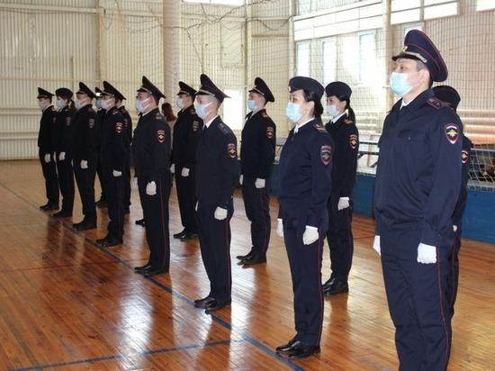 Молодые полицейские Калмыкии присягнули на верность Отечеству