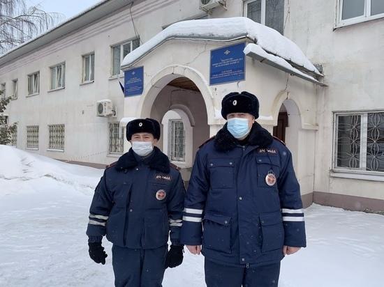 Сотрудники ДПС Марий Эл помогли вытащить автомашину из снега