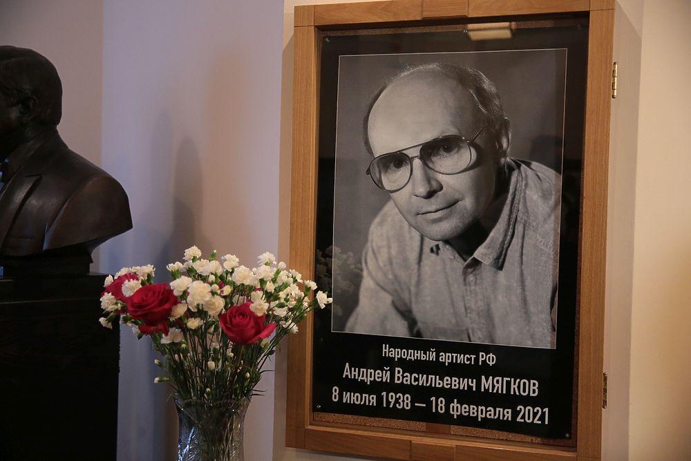 Вдова Андрея Мягкова не пришла на прощание: кадры церемонии
