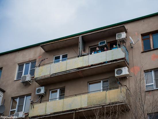 В Астрахани уже несколько недель жители домов пытаются всеми правдами и неправдами добиться, чтобы их дома не признавали аварийными, и доказать, что в них можно прожить хоть еще сто лет