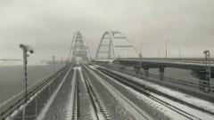 Машинист поезда снял из кабины проезд по заснеженному Крымскому мосту