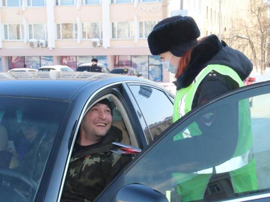 Женский патруль ГИБДД поздравил йошкаролинцев с 23 февраля