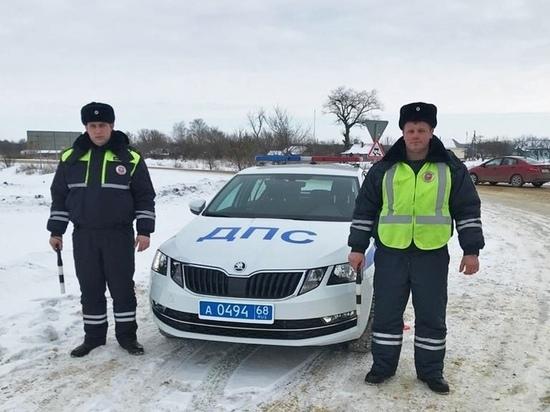 Тамбовские автоинспекторы помогли в ремонте замерзающему водителю большегруза