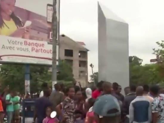 Появившийся в Африке монолит сожгли из страха перед пришельцами