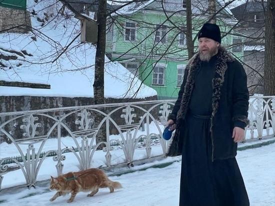 Псковский митрополит показал, как выгуливает кота Владыку