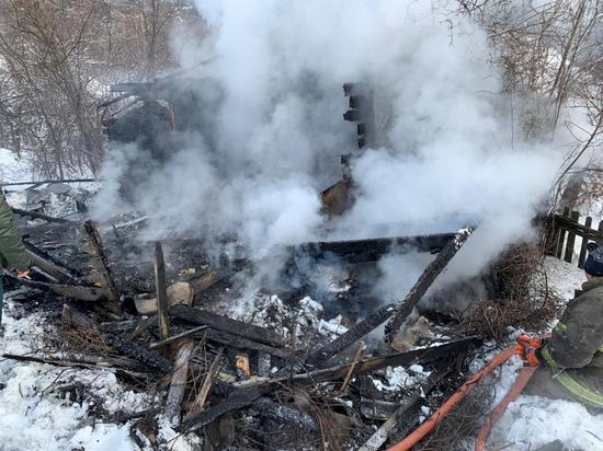 В Петровске на пожаре в дачном домике погиб неизвестный мужчина