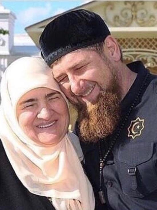 Кадыров показал в соцсетях нежные отношения с матерью