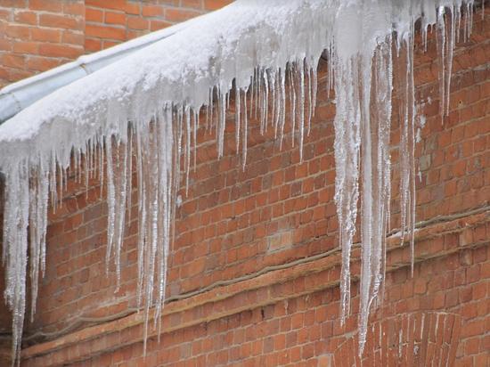 """Великолучанка: """"Осторожно, с крыш падают глыбы льда и снега"""""""