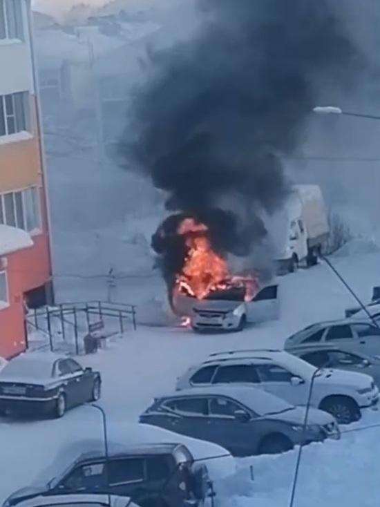 Белая иномарка сгорела во дворе дома в Ноябрьске