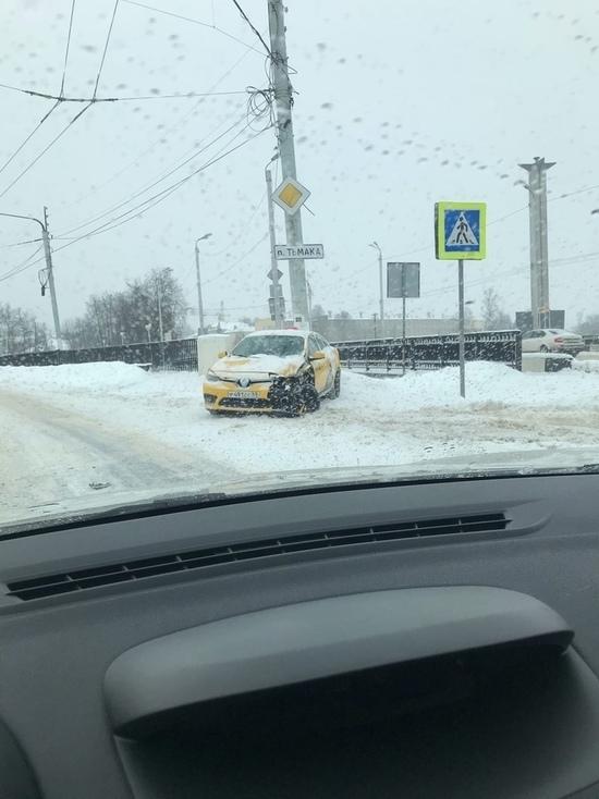 В Твери такси въехало в автобус