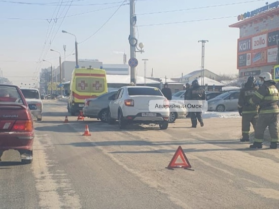 Женщина и трехлетний ребенок пострадали в лобовом ДТП в Омске