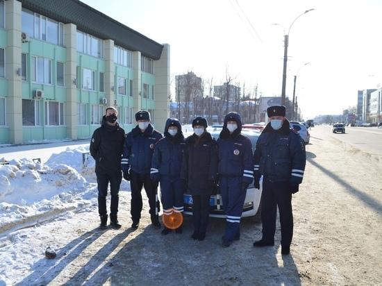 """""""Дорожные"""" инспекторы поздравили ивановских мужчин-водителей с праздником"""