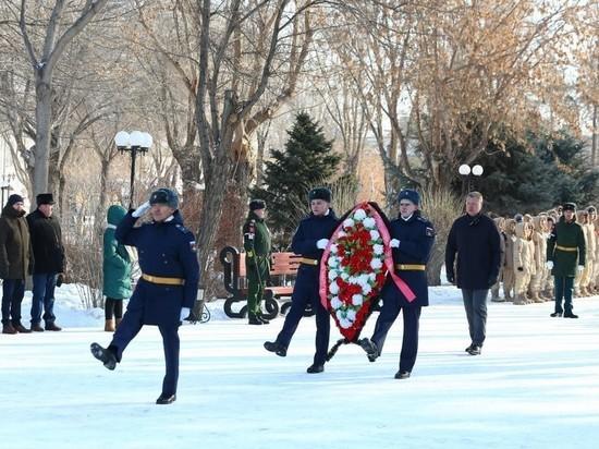 В Астрахани прошло торжественное возложение венков в честь 23 февраля