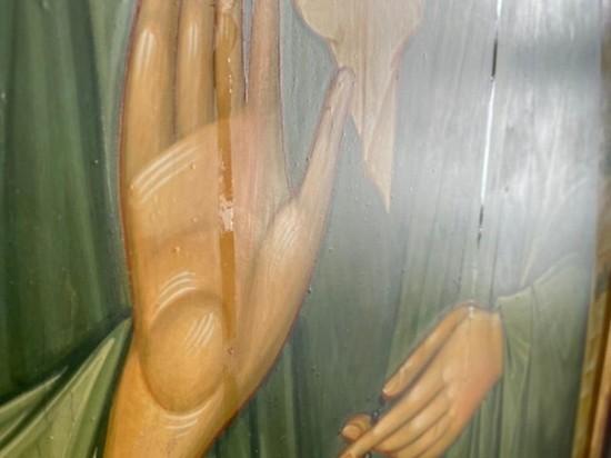 В калужском храме замироточили иконы