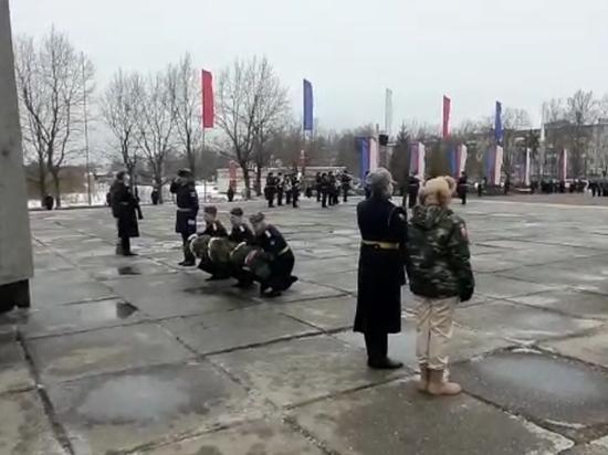 Парад проходит у стелы в честь первых боёв Красной Армии в Пскове
