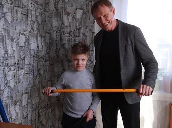 Министр спорта Хакасии подарил школьнику из Белого Яра шведскую стенку.
