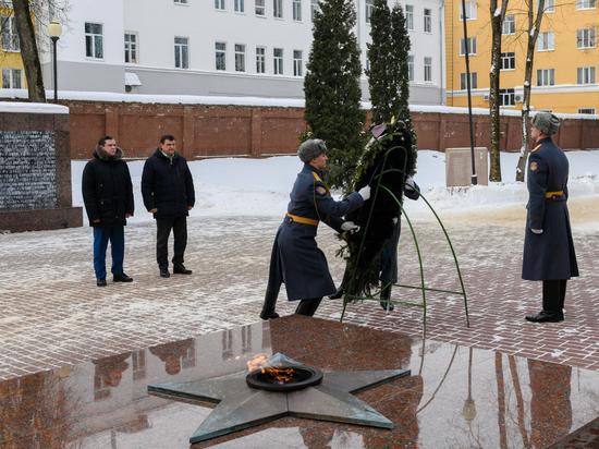Губернатор Смоленской области возложил цветы и венки к Вечному огню в сквере Памяти Героев