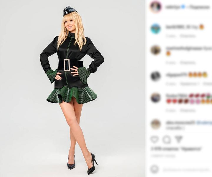 Пилотка Валерии на праздничной фотографии озадачила поклонников