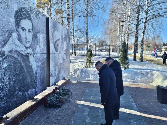 Александр Никитин возложил цветы к тамбовскому триптиху «Стена памяти» в рамках  всероссийской акции «Защитим память героев»