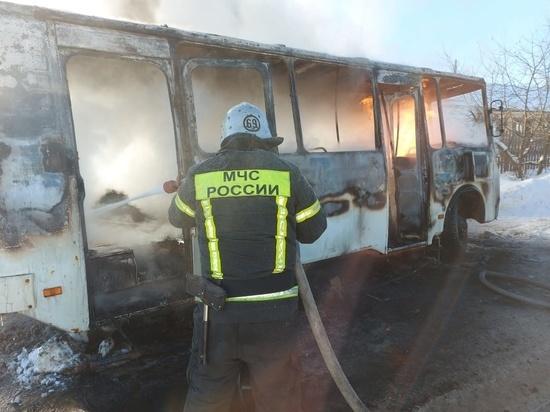 В Киржачском районе прямо посреди улицы дотла сгорел автобус