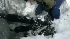На Эльбрусе достали провалившихся в трещину сноубордистов: кадры спасения