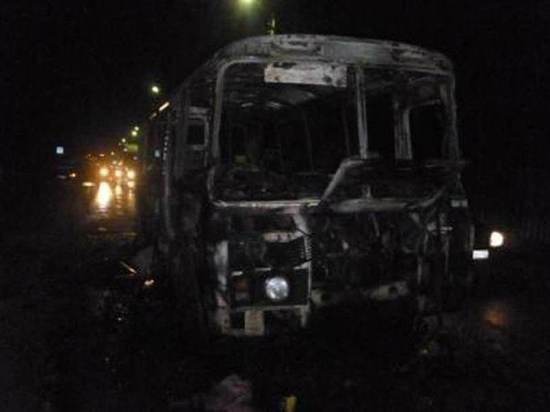 На трассе в Красноярском крае загорелся автобус с вахтовиками