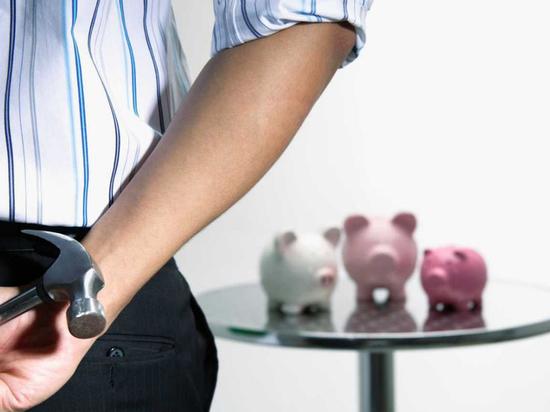 Возможность получить легкие деньги настолько заманчива, что люди готовы пожертвовать всеми сбережениями, лишь бы появился шанс быстро увеличить свой капитал
