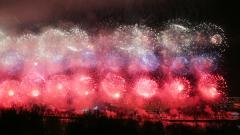 Салют цвета российского триколора прогремел 23 февраля: яркие кадры