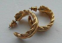В Новокузнецке грабитель вырвал золотые серьги из ушей пенсионерки