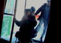 В соцсетях появилось видео, снятое камерой на пороге одного из кировский магазинов