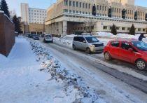 В Омске продолжили убирать снег после бурана