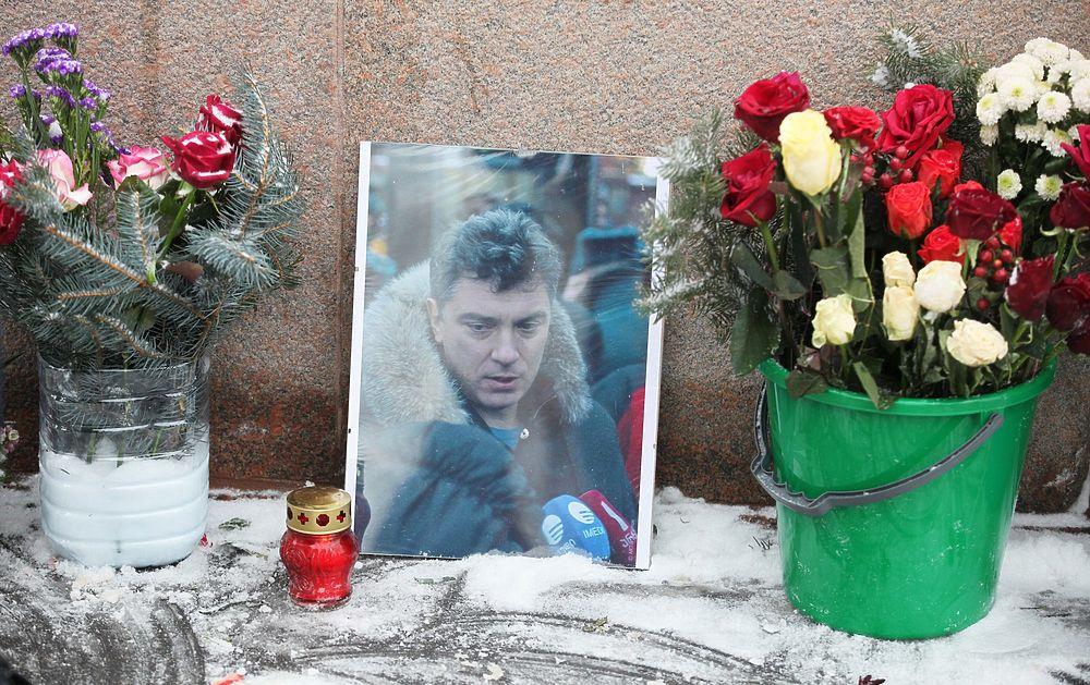 В Москве восстановили мемориал Немцова: кадры с моста