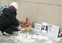 Волонтеры, пообещавшие в конце прошлой недели восстановить мемориал на Большом Москворецком мосту, свое обещание выполнили