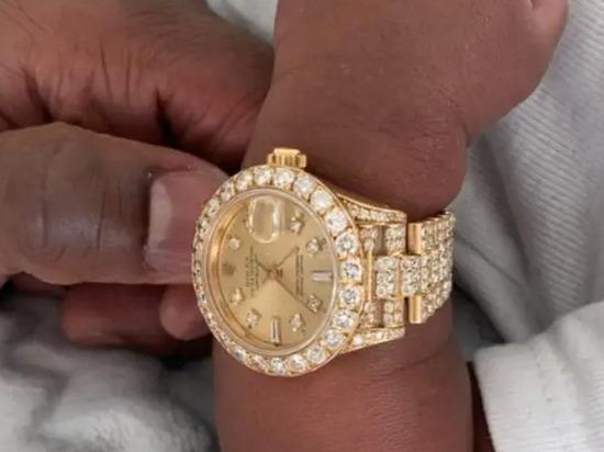Мейвезер купил новорожденному внуку часы за $45 тыс.