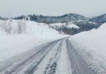 Дорожная техника убирает снег на трассах Хакасии
